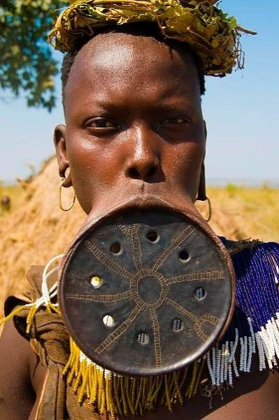 在下唇佩戴巨大的唇盘是莫西族女人忍耐力、成熟和美丽的象征。