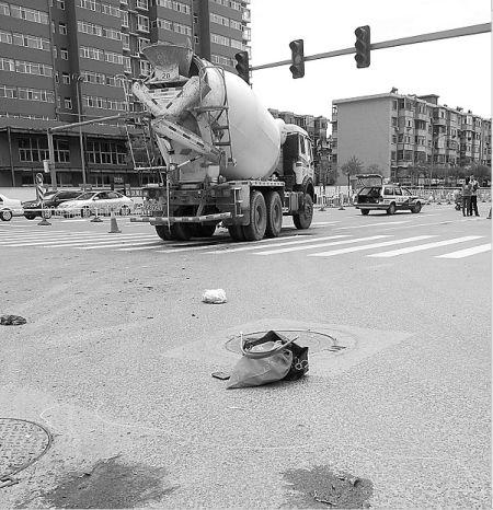 距离水泥罐车约十余米处的两摊血迹。