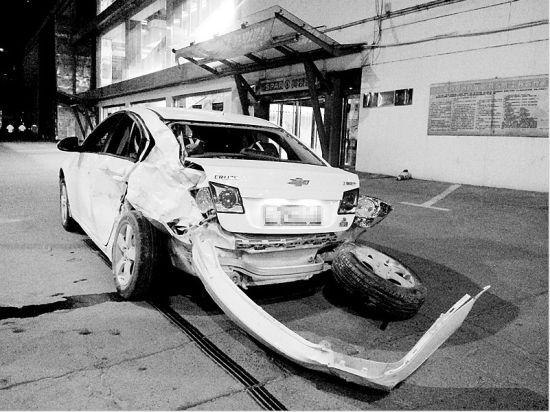 在美特好停车场内,受伤严重的雪佛兰轿车。