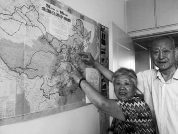 """青年路三社区的贺尔林 (男,81岁)、杨巧娥(女,75岁)夫妇用了不足十年的时间,游览了全国500多个市县的1000多个景点。最北去过黑龙江漠河北极村,最南到了海南天涯海角,东端去过抚远县黑瞎子岛和""""东方第一哨"""",西边去了新疆塔什库尔干。此外,他们还去过欧洲12个国家与亚洲多个国家。7月17日,记者见到了他们,听他们讲述了9年来不寻常的旅途故事。"""