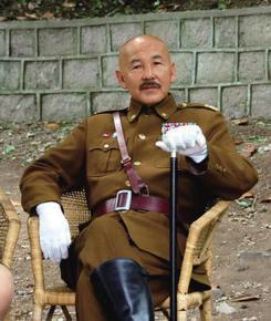 杨浚宏扮蒋介石与人合影