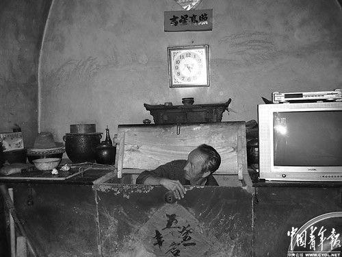 """老人每天看天气预报决定自己睡在哪里,下雨天,他不得不蜷缩在一个石砌的箱子里睡觉。这个倔强的老人干起了""""惊天动地""""的事:起诉煤矿,不同意村委会主任入党。"""""""