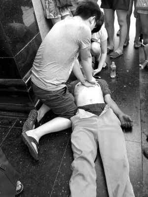 老人昏路边路人齐帮忙 后被送往医院救治