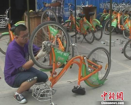 太原市公共自行车维修站工作人员正在维修自行车。 刘佳 摄