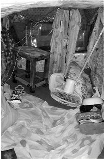 地窖内部全景,地上还散落着卫生巾和泡面。