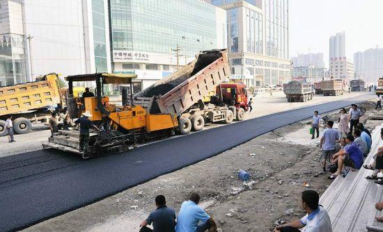 8月6日,省城并州路改造工程并州路广场到并州东街路段道路开始铺第一层油。