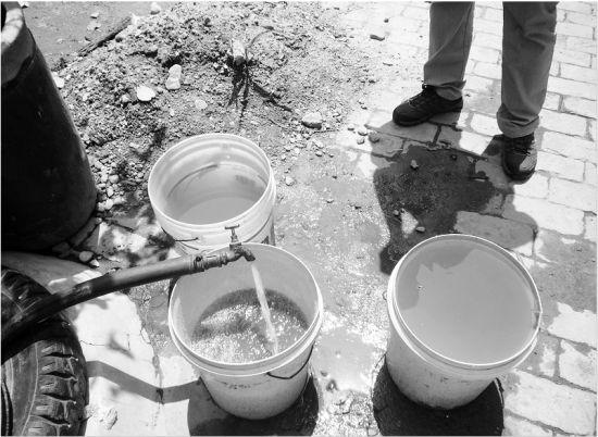 贯家堡自来水管里流出的脏水。