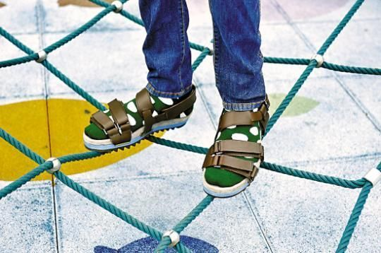凉鞋配短袜很考验时尚功力,把握不住的请慎重