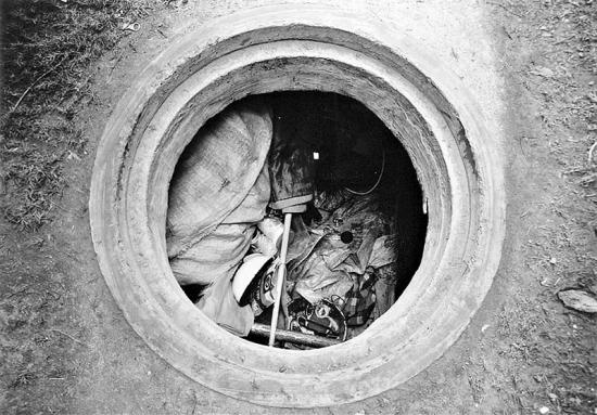 """小伙的""""家"""",没有盖的窨井,里面放着他的家当"""