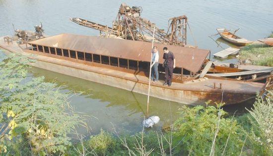 图为:侦查员们在府河打捞尸块