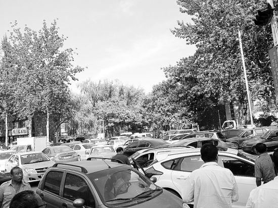"""长治路高新区路段成""""停车场"""""""