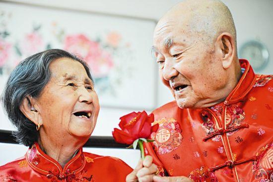 85岁的翟庭俊送给87岁的老伴一枝玫瑰花 本报记者寇宁摄