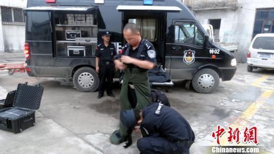 民警准备排爆。 警方供稿 摄