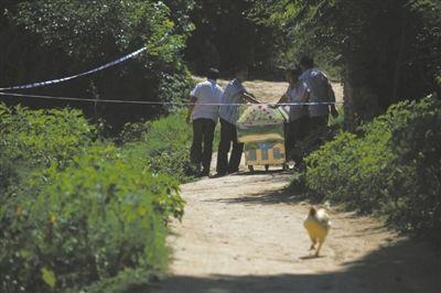 昨日,山西汾西县对竹镇乔家庄,村民推着临时停尸棺进入警戒线内郭志成家。