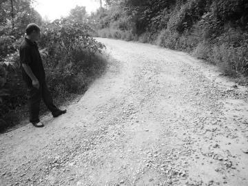 村里的路还未完全硬化,这条新修的路便成了石子路。