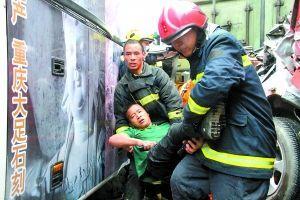 消防官兵成功救出一名被困男子。