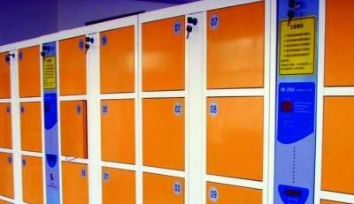 超市存包柜可不能当银行保险柜用。资料照片