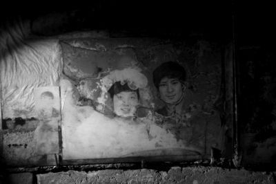 张会英与丈夫郭志成20年前拍的结婚照。