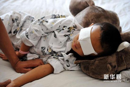 9月2日,小斌在山西省眼科医院病床上休息新华社记者詹彦摄
