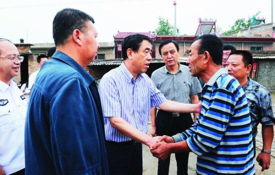 太原市委副书记荣彤慰建红的家人。南杰摄