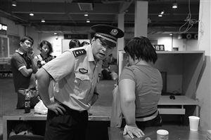 宁波东候车大厅,叶警官正在和西西耐心交流