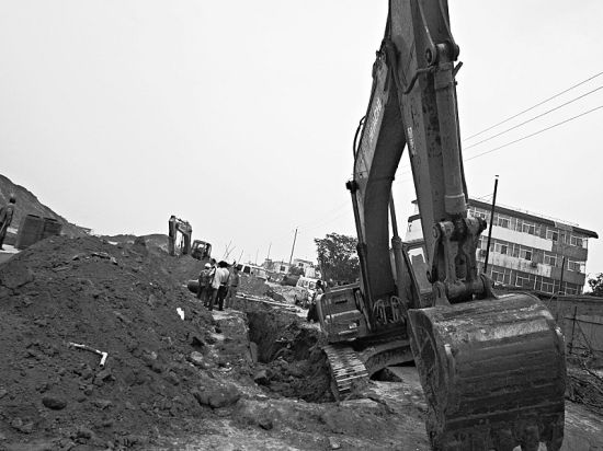 """太原一挖掘机压塌壕沟边缘土方 两工人被""""活埋"""""""
