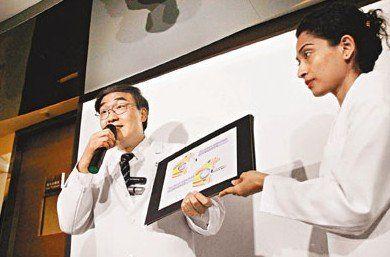 香港眼科医生林顺潮(左)指,小斌斌目前情况稳定,最快9月10日会植入义眼球。来源:香港《文汇报》