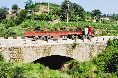 图为武治国的工程队修建的长约30米的桥梁工程。