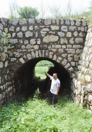 图为武治国的工程队做的路基涵洞工程。