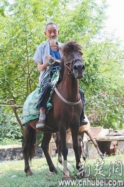 图为:70年来,向大先最大的乐趣就是骑马纵行山间