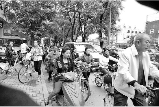 9月22日,在省城双塔西街,机动车都挤到非机动车道上。晨报记者 郭君 摄