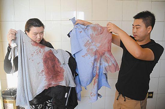 手术室外,妻子和朋友将他沾满鲜血的警服收了起来 本报记者闫飞摄
