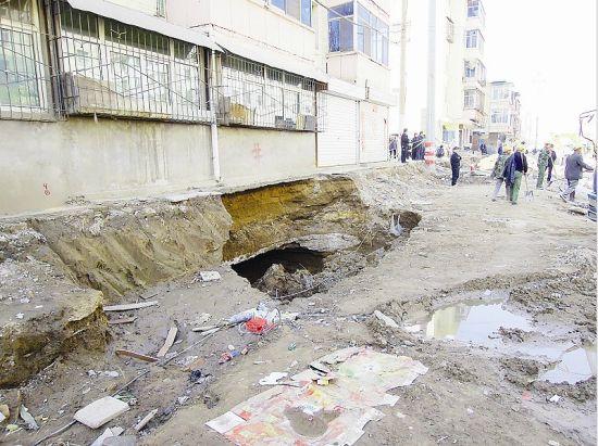 5号楼下被水冲出一个直径约两三米的深坑