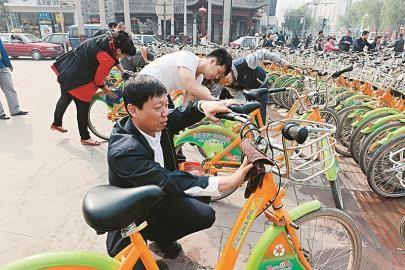 公共自行车一岁生日那天,太原公共自行车服务公司的干部职工上街擦车