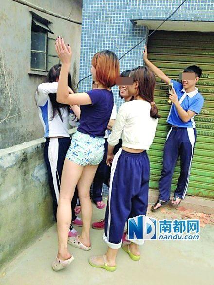 """网友""""@ lingbabyer-""""在微博上自曝殴打女同学,让其下跪的组合照片。"""