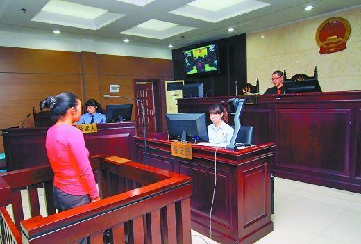 9月29日,万州区人民法院,被告王桂娟(化名)在庭审现场。 重庆晨报记者 胡杰 实习生 黄敬坤 摄