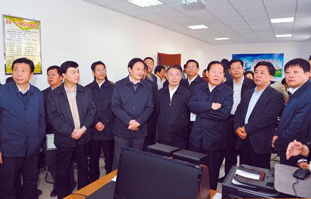 图为胡富国、于幼军等参观南风轩社区文化活动中心。记者 郭平摄