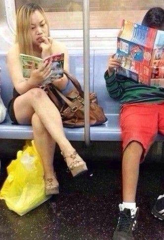 凤姐身材爆肥 美国地铁抠嘴看《故事会》