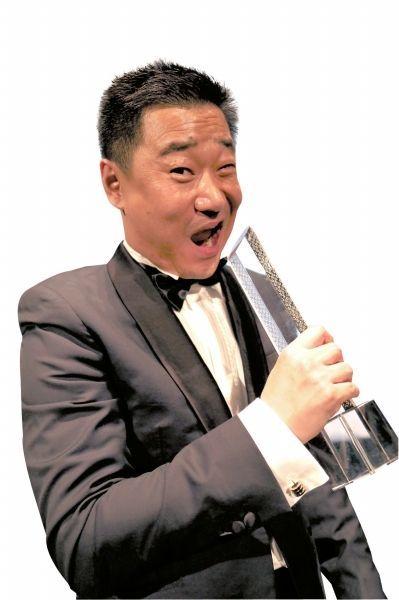 王景春咬最佳男演员奖杯