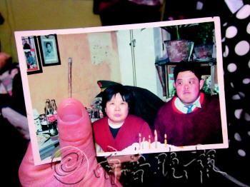 10多年前谭洪文与母亲的合影。 记者 张姗姗 摄