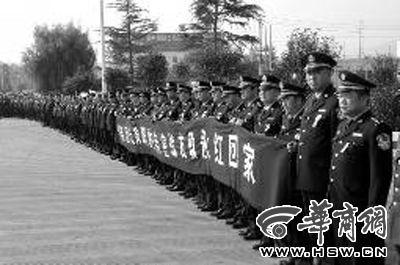 曾经一起共事的战友列队缅怀耿永红 本报记者赵国强摄