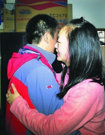 分别时,方丽玲主动微笑着上前拥抱胡立功见习记者胡琴沁摄