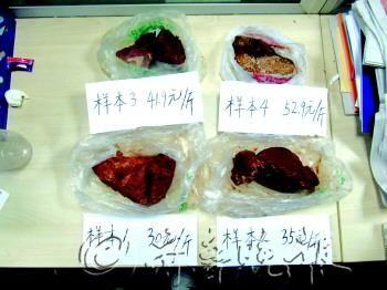 实验人员对4个样本的牛肉进行水分含量和亚硝酸盐含量的检测。 实习生 徐超超 摄