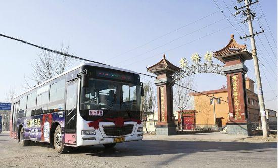 一辆305路公交车途径省城小店区东桥村村口。闫飞 摄
