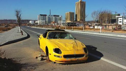 这辆价值百余万元的跑车已在榆林街头扔了4个多月,车轮被偷车窗被砸