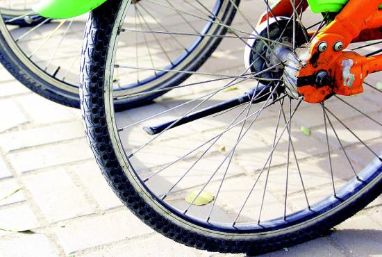 图为公共自行车轮胎侧壁上遍布小拇指粗的窟窿眼,用于减轻重量、增加弹性。晨报记者 郝晨光 摄