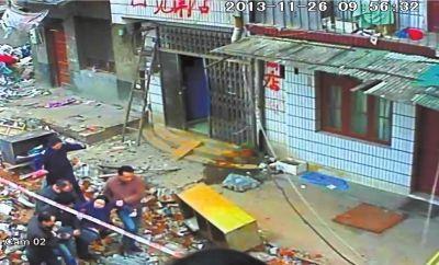 昨天9点56分,邹女士中途折返家中,被抬出警戒线。视频截图