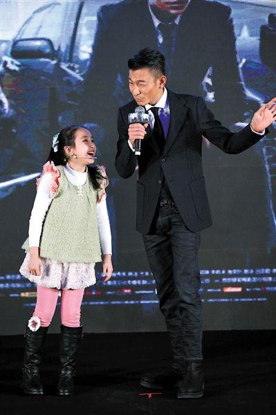小演员陈沛妍和刘德华互动很有爱。 新京报记者 郭延冰 摄