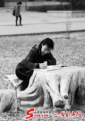 午后的山大树林里,梁静丰一个人安静地读书