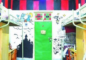 在宿舍的墙上画上画,顿时风景就不一样了